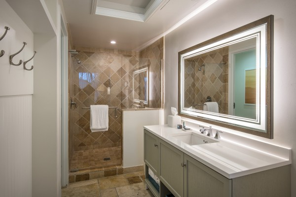 Hawks Cay Guest Bathroom with 1 King Bed